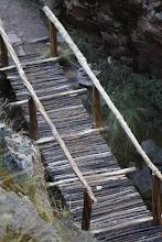 Photo: Puentceillo de madera sobre profundo río Camino Inca que va de Tambomachay a Huchuyqosqo