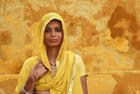 Woman in yellow di BASTET-Clara