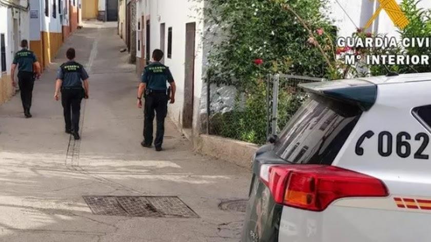 Tres agentes de la Guardia Civil durante la investigación