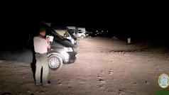 Un agente de Medio Ambiente impone una multa a vehículos por estacionamiento prohibido en el Parque de Cabo de Gata-Níjar