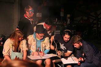 Photo: Samen gezellig zingen aan het kampvuur.