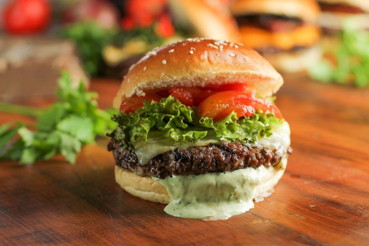 Receitas como o Uai, hambúrguer com queijo canastra, pimenta biquinho,  couve frita e redução de rapadura são o diferencial da casa dos sócios  Bruno ... 295c63d308