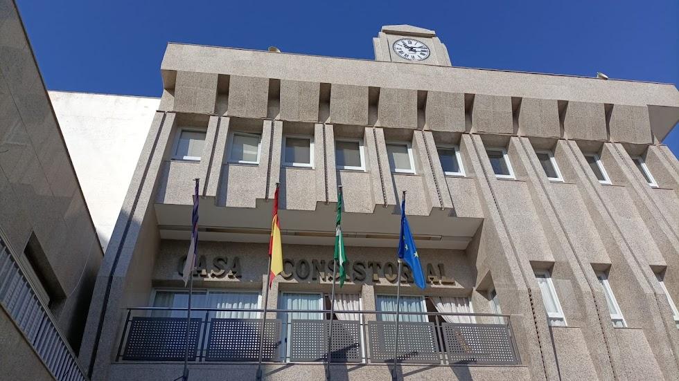 Fachada del Ayuntamiento de Roquetas este viernes.