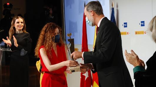 La almeriense Mar Abad recibe el 'Don Quijote' de Periodismo de manos del rey