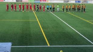 Los jugadores saludando en el centro del campo.