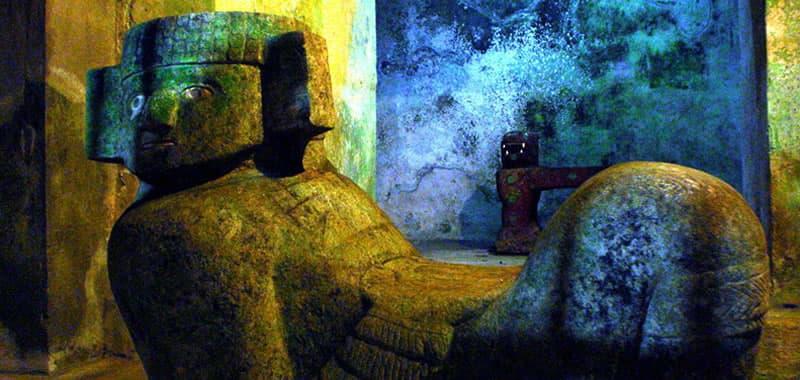El Jaguar y Chacmool en el interior del castillo de Kukulcan