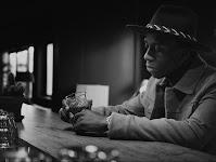 Afrikaanse man zittend aan een bar