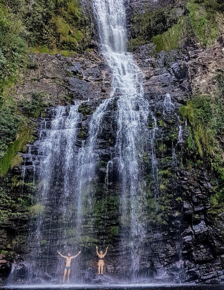 Nos banhando na queda das águas da Cachoeira da Farofa