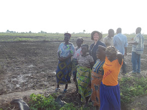 Photo: Erika au Benin avec les adoptants du SRI sur le site de DOGBA [2012, photo provided by Pascal Gbenou]