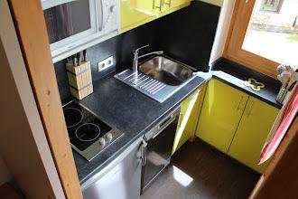 Photo: Cuisine séparée, plaque induction 2 feux, four micro-ondes combiné, et les ustensiles, bouilloire, cafetière, grille-pain, poêles, cocotte-minute, casseroles, etc.