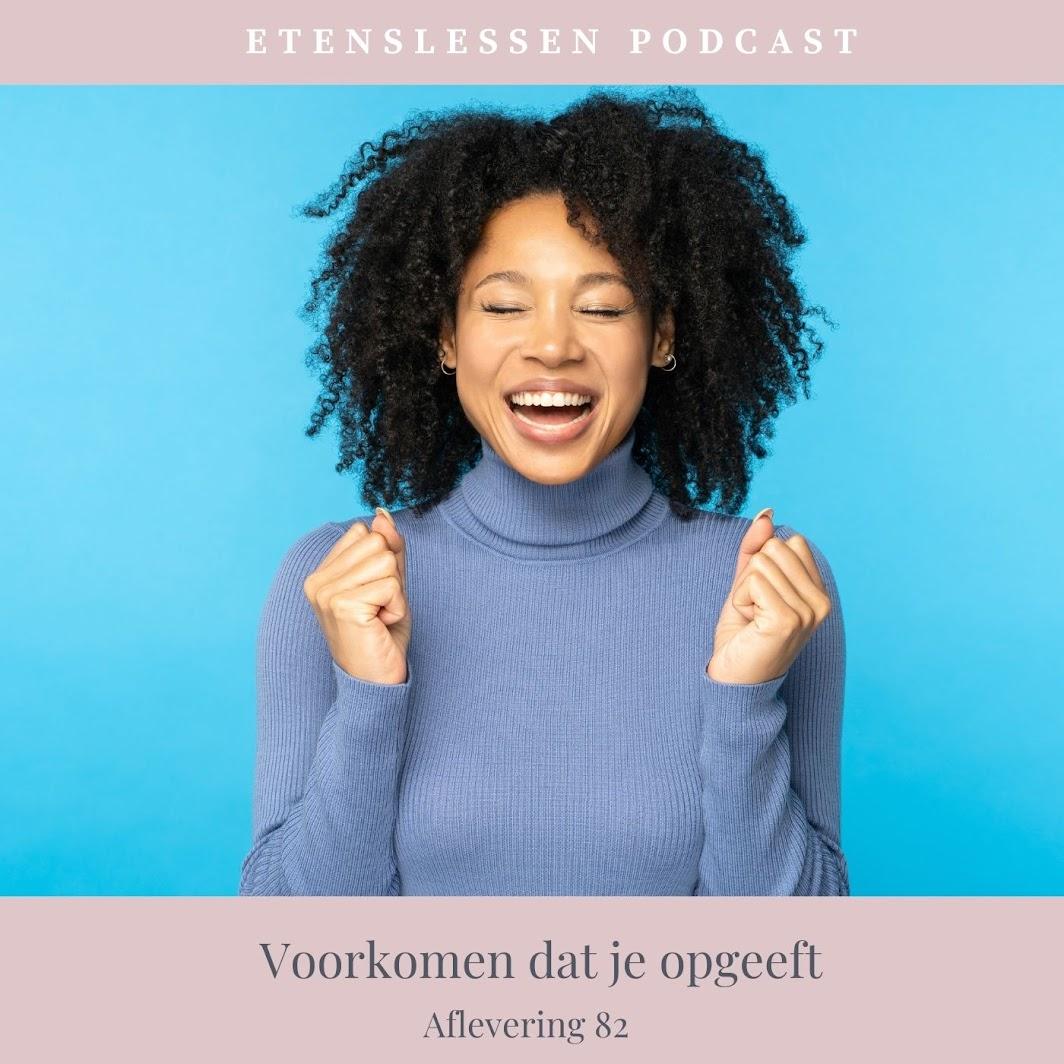 Vrouw met zwart haar en blauwe trui die heel blij en enthousiast is.