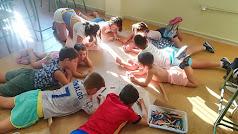 Participantes de las Escuelas de Verano realizadas en distintas sedes de Níjar durante algunos de los talleres.