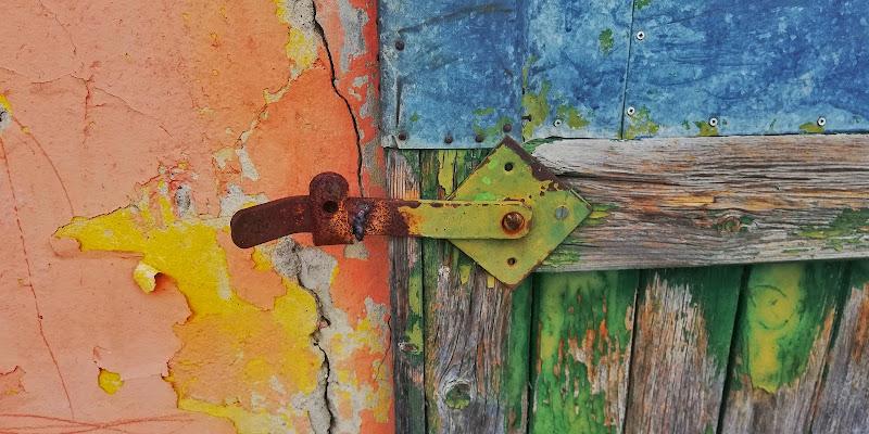 Vecchio portone colorato di Lulu77