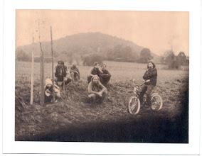 Photo: Historická fotografie dokumentující výsadbu lípy Republiky pod Lojovicemi. Za povšimnutí stojí také dáma na dobovém bicyklu.