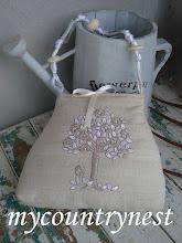 Photo: borsina ricavata da cuscino vintage con manico con perlone di vetro