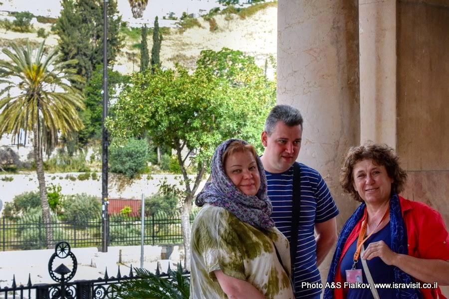 Гид в Иерусалиме Светлана Фиалкова с туристами у входа в церковь Агонии, или Моления о чаше.  Гефсимания. Иерусалим. Израиль.