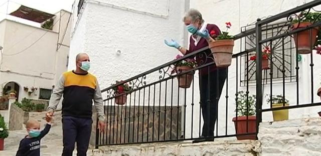 Una vecina sale a la puerta a celebrar el paseo de José María.