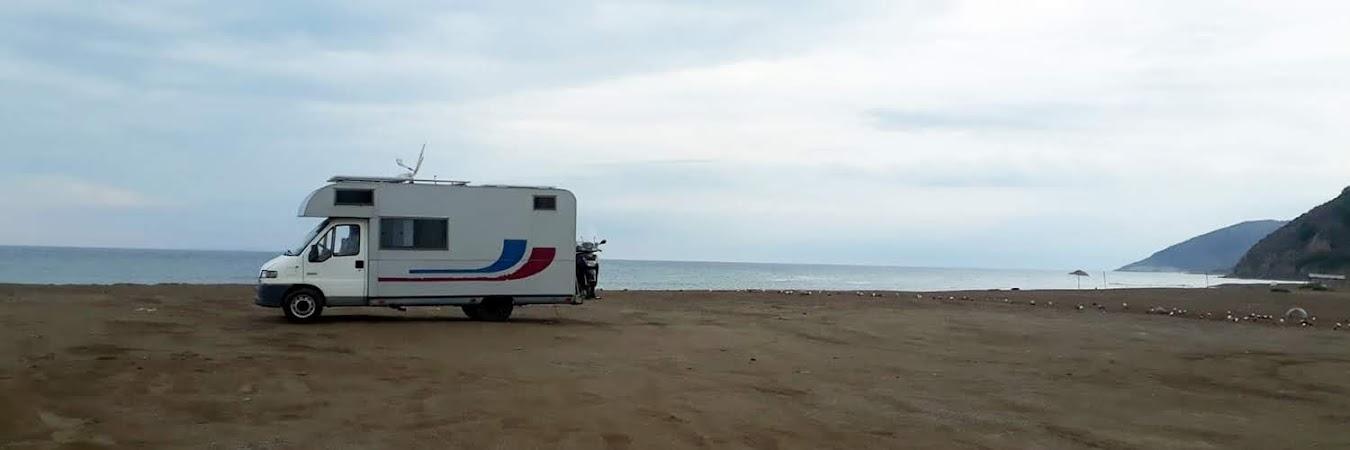 deniz kenarında karavan