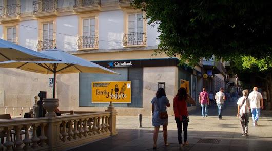 Encuentran el cuerpo sin vida de una mujer en un cajero del Paseo de Almería