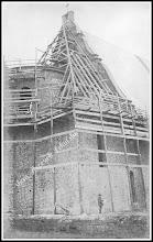 Photo: Budowa nowego kościoła parafialnego, widać konstrukcję drewnianą dachu