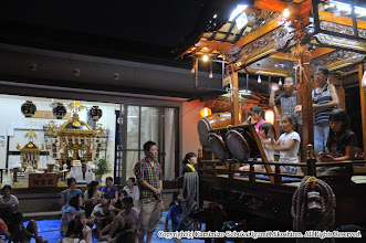 Photo: 【平成24年(2012) 宵々宮】  山車も元町自治会館に据え付けられたため、神輿を目の前に稽古の仕上げが行われた。