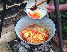 Photo: Dodawanie papryki i pomidorów