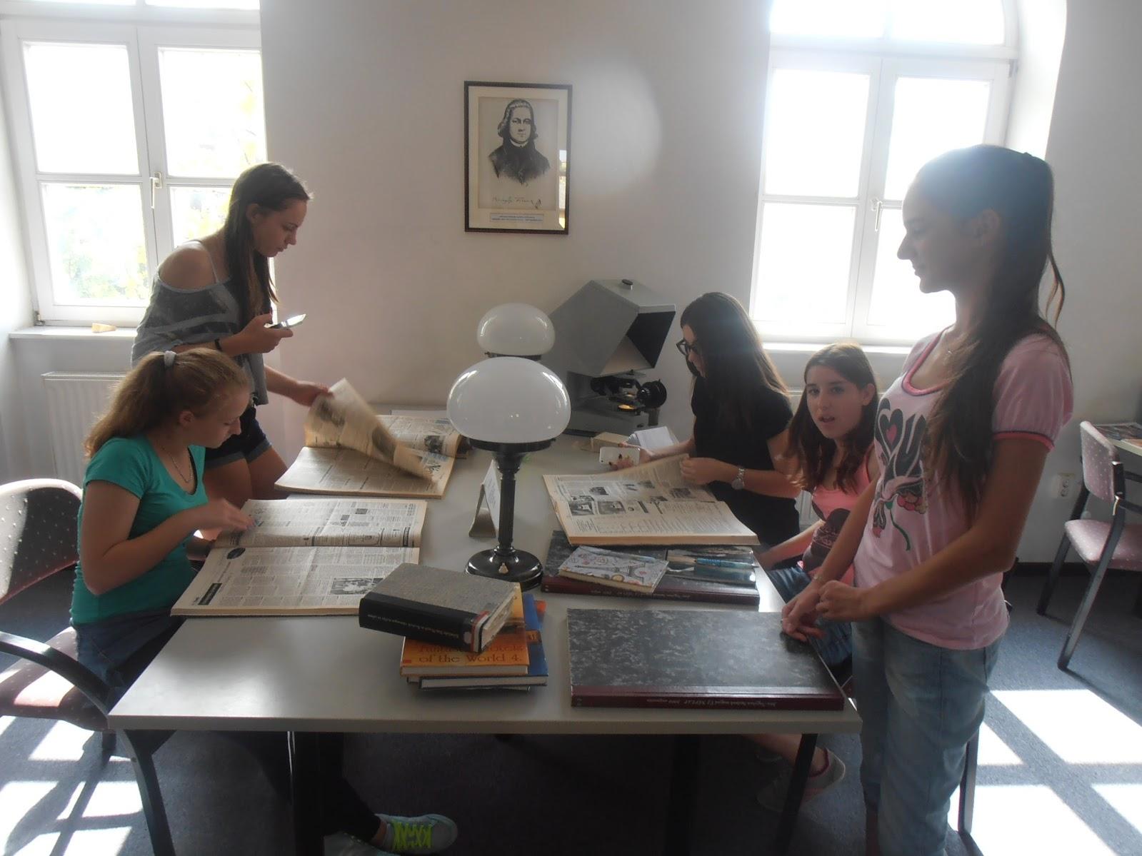 Vásárhelyis diákok újságokat lapoznak a Verseghy Könyvtárban