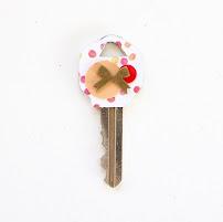 Tiếp tục xếp thêm các hạt, đồ trang trí mà bạn thích. Bạn có thể trang trí tuỳ ý cho mỗi chiếc chìa khóa nhé!