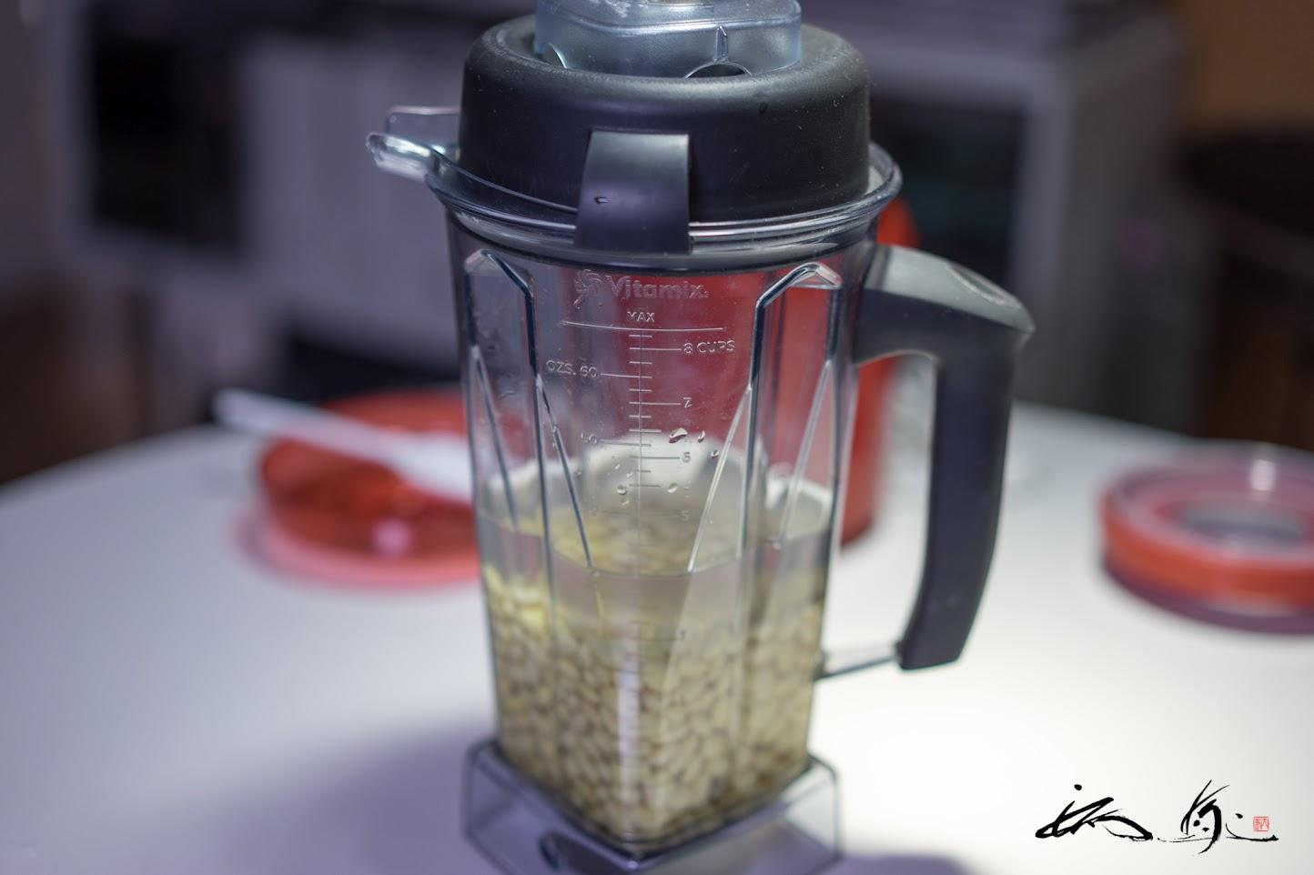 大豆に水を加え(大豆+水=1L)、ミキサーにかける