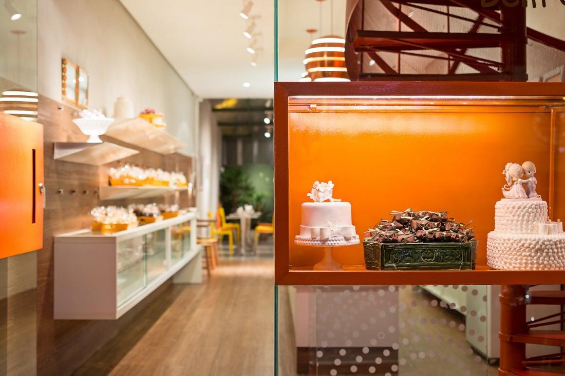 Cozinha com geladeira e mesa  Descrição gerada automaticamente com confiança média