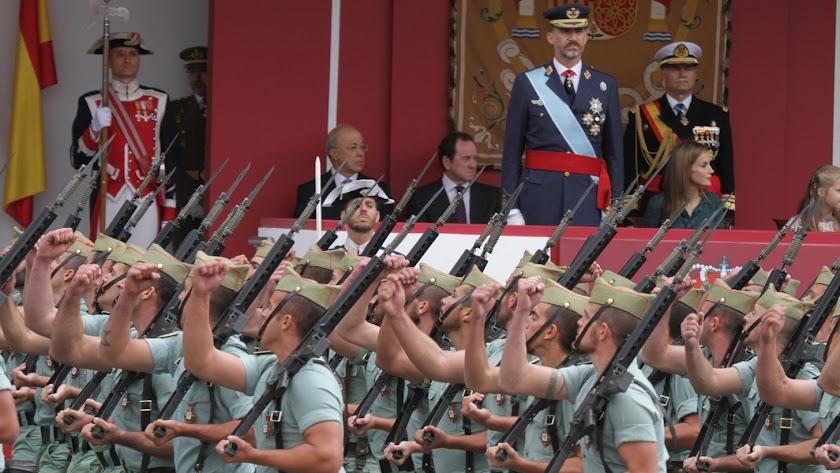 Legionarios desfilan ante el Rey el 12 de octubre (Foto: DECET)