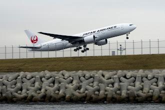 Photo: 鶴丸の赤は映えますね〜 しかし、船の上からだと流し辛い。  羽田空港 D滑走路 Haneda Airport, D Runway #hanedaairport  #airplane  #pentaxusersjp  #pentaxk5