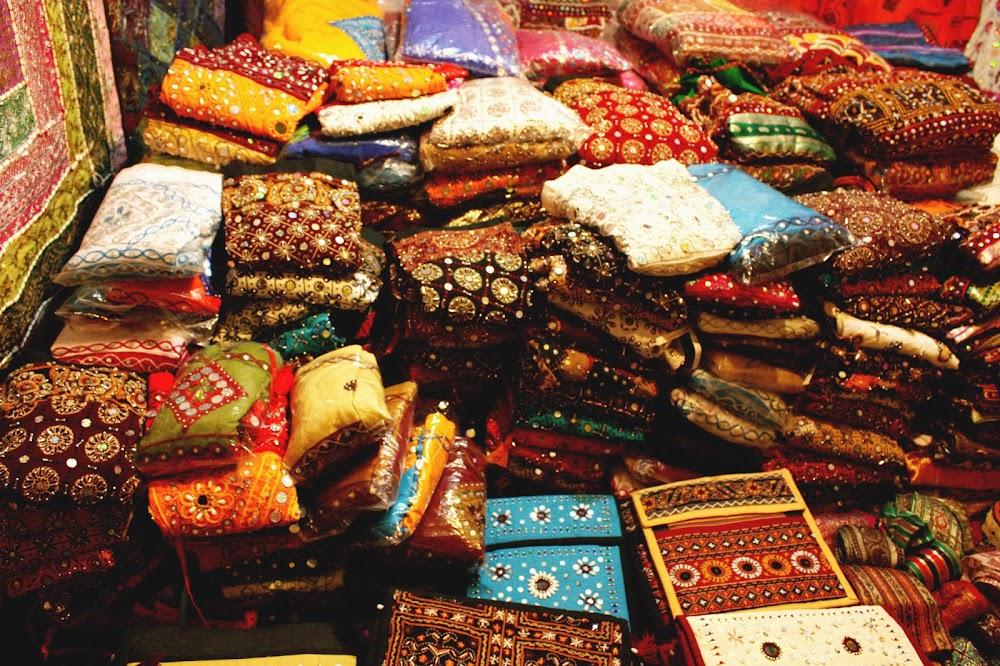 santa-cruz-market-saree-shopping-in-mumbai-latest-saree-trends_image