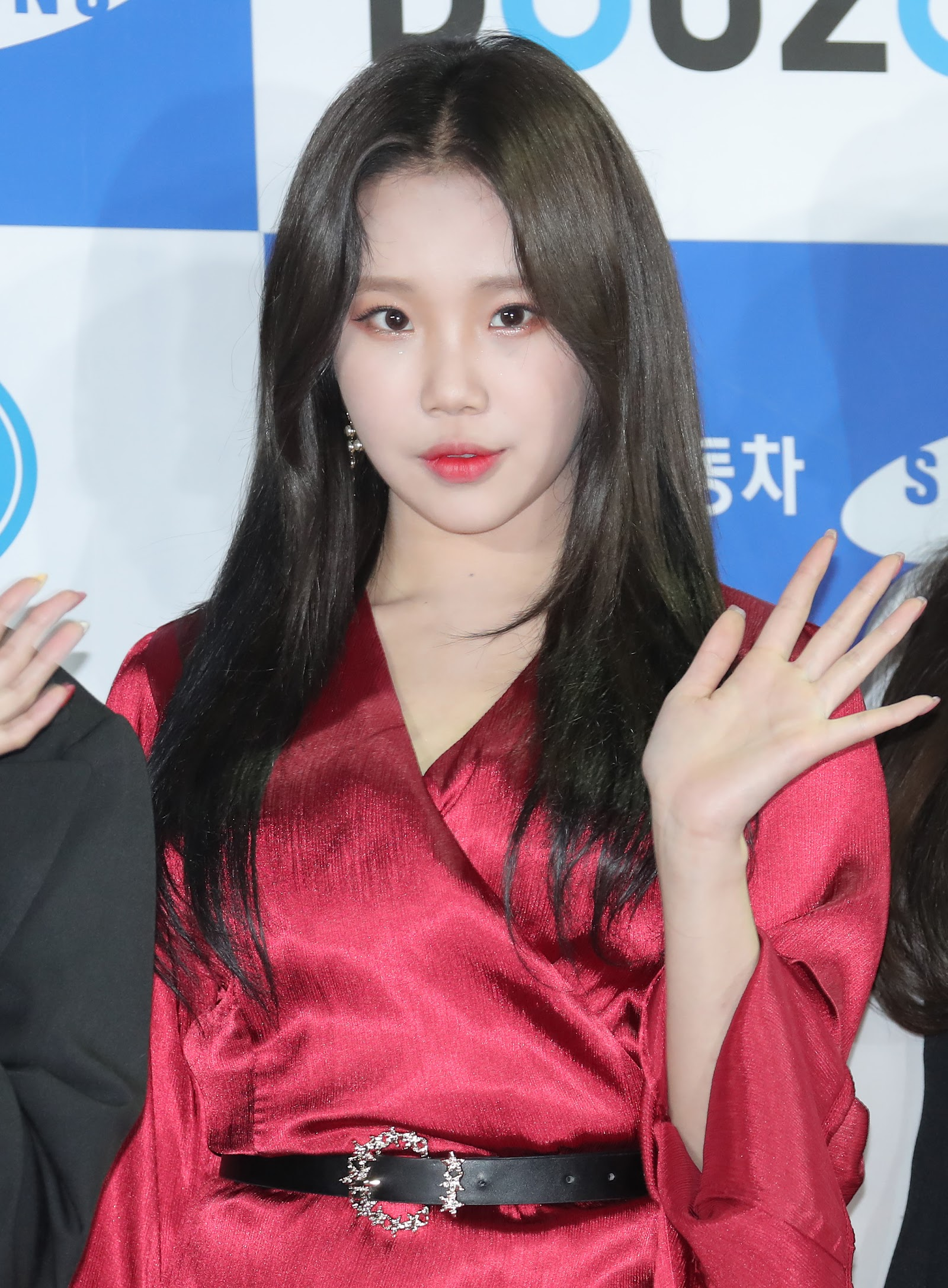 momoland s jooe dyes her hair black for the first time since debut