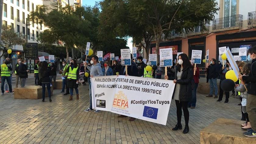 Los interinos se concentraron el lunes en la Puerta de Purchena para exigir soluciones