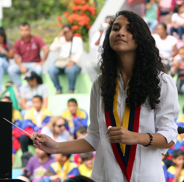 Además de dirigir a la SNIV, la joven Naileth Castro, de 15 años de edad, dirigió a la Orquesta Regional Infantil de Amazonas, donde es concertina