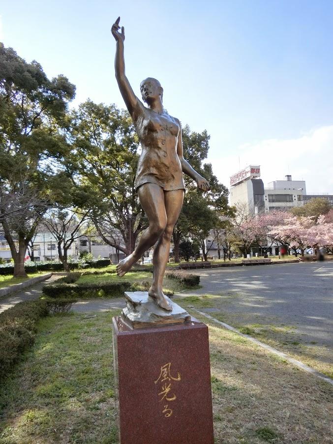 名古屋市市政資料館の敷地内にあった「風光る」銅像とおくにはさくら