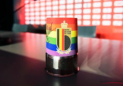 Ook Duivels geven - subtiel - signaal wat betreft diversiteit en tolerantie op persconferentie: regenboogband te zien