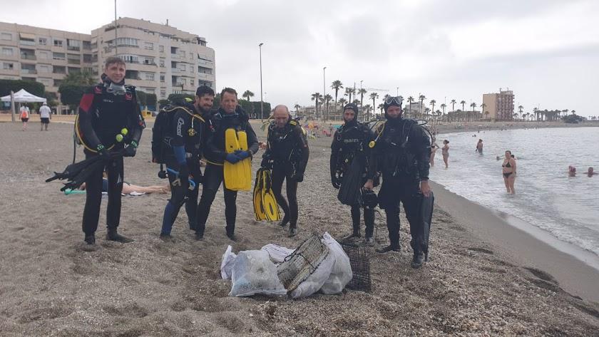 Limpieza de residuos en las playas de Adra.
