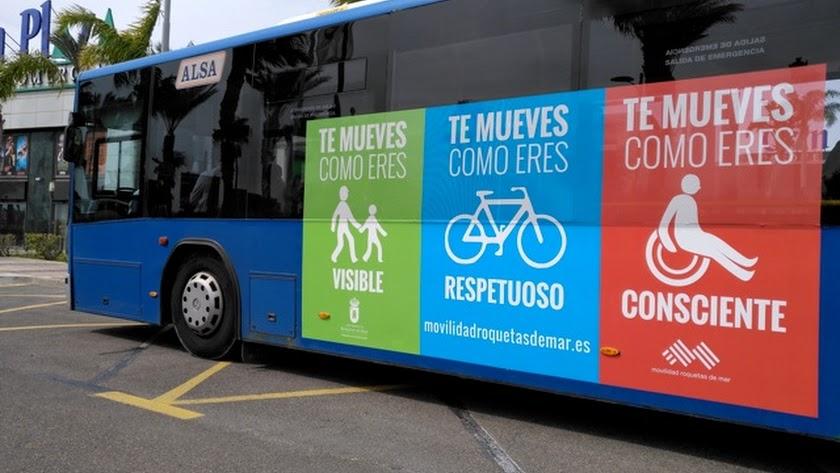Autobús con algunas de las gráficas de la campaña 'Te mueves como eres'.