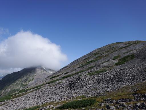 槍ヶ岳方面はガスに覆われ