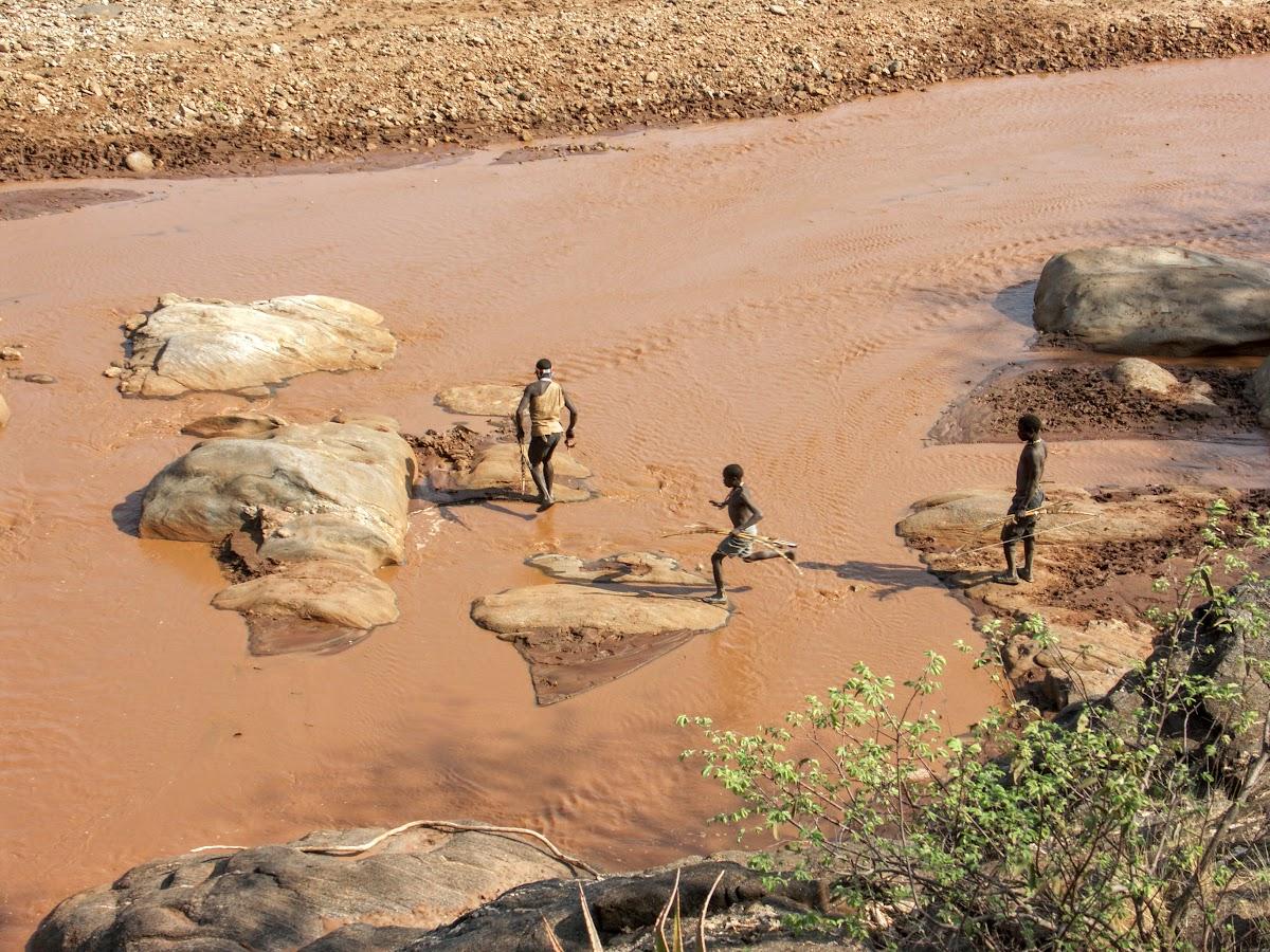 Chasseurs de traverser la rivière