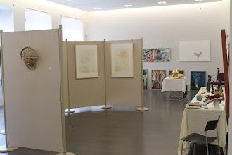 Photo: Stand von Doreen Wolff zur 3. Lokalen Kunstmesse in Naumburg, im Hintergrund Arbeiten von Matthias Schöneburg