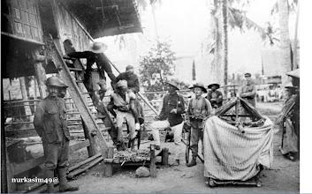 Photo: La Pawawoi Arung Segeri (Raja Bone 1895-1905) dalam keadaan luka pada kaki sebelah kiri digendong turun dari rumah penduduk saat ditangkap tanggal 18 Nopember 1905 dan dibawa ke Pare-pare, selanjutnya diasingkan ke Bandung tanggal 14 Desember 1905. Paling kiri,  Letnan Carel Hendrik Eilers [1870-1959] La Pawawoi meninggal dunia tanggal 11 Januari 1911 dan dimakamkan di Mangga Dua, Jakarta. Pada tanggal 10 Juli 1974 kerangka jenasahnya di pindahkan ke Taman Makam Pahlawan Kalibata, Jakarta. Sumber gambar : Tropen Museum Amsterdam (Professor Heather Sutherland, Vrije Universiteit, Amsterdam - University of Sydney, NSW Australia). http://nurkasim49.blogspot.hu