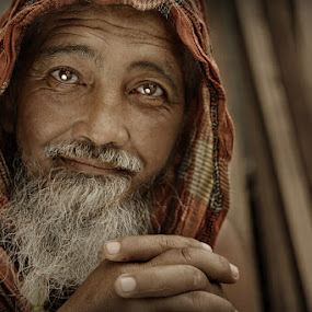 inner peace by Rodel Cabantac - People Portraits of Men ( street portraiture, nikon 3100, grungy, old man, senior citizen, rodel cabantac )
