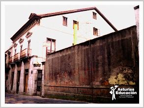 Photo: Edificio en 1996 antes de su rehabilitación, con su viejo muro.
