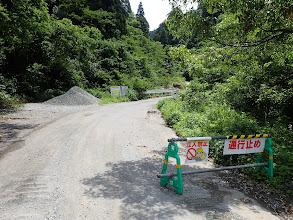 登山口の奥に通行止め標識