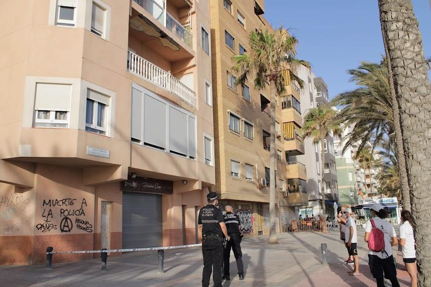 La Policía Local acordona la zona donde cayeron los cascotes.