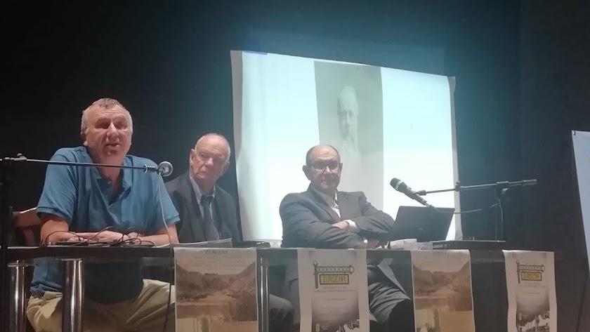 Los historiadores Juan Grima y Maxwell Adrian Kite junto al presidente de la Asociación James Simpson durante la presentación