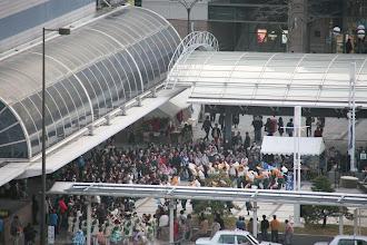 Photo: 2013年に行われた「第13回 浜松 がんこ祭」の写真です。がんこ祭は楽器の街浜松ならではの全国でも唯一「楽器を持って踊ること」のルールの元に、全国から約4500人の参加者と観客10万人が集まる毎年三月に行われるお祭りです。 ■浜松駅北口「キタラ会場」  「浜松 がんこ祭 公式ホームページ」 http://www.ganko-matsuri.com/  2014年は3月15日(土)16日(日)と二日間開催されます。100を越えるチームが優勝を目指し、元気溢れる踊りを披露し、16日の浜松中心街において表彰される最優秀チームの栄誉を目指して競い合います。  ※photo 「zeki」 http://zeki72.exblog.jp/  direct 「株式会社マツヤマデザイン」http://www.md-f.jp/